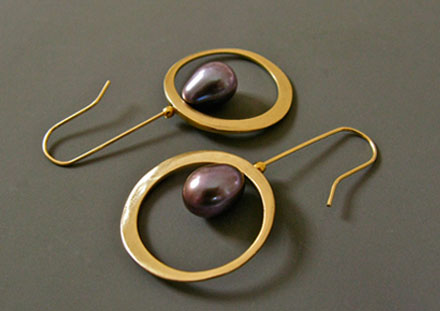 Ellipses d'or, perles noires de Tahiti, <br>or 18ct
