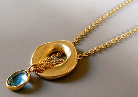 Sliding pendant and faceted London blue topaz, 18k gold